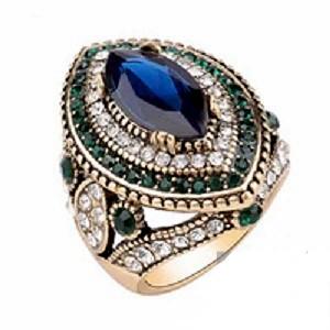 Lujoso anillo. Gran reproducción de antigüedad. Zafiro creado en resina y aleación chapada en oro.