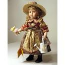 Muñeca de porcelana campesina con regadera, 42 cm. con soporte