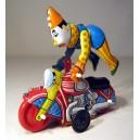 Payaso acróbata en la moto. Juguete de chapa hojalata.