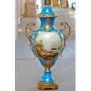Jarrón  balaustre, 65 cm. Estilo Luís XV, de porcelana y bronce. Imperio barroco.