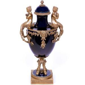 Jarrón estilo Luís XV, 52 cm., barroco rococó en porcelana azul cobalto y bronce.